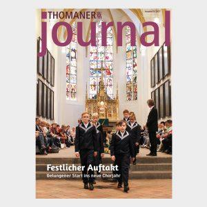 Thomaner in der Thomaskirche mit Altar im Altarraum.