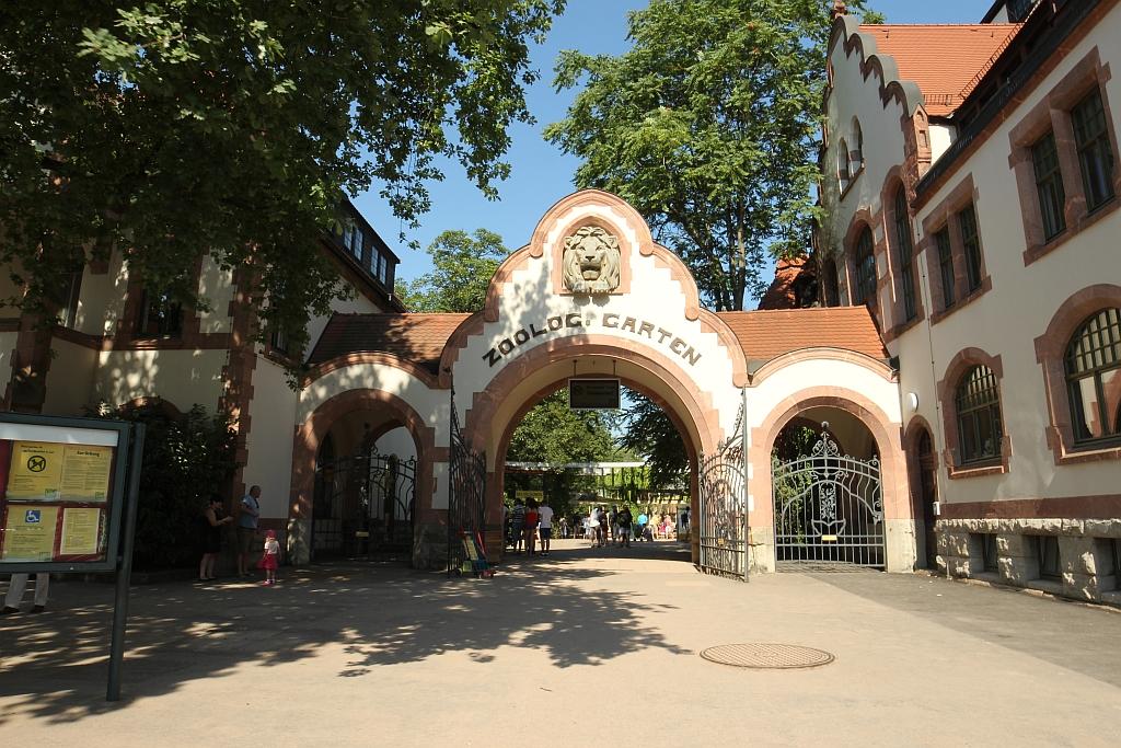 Eingang Zoo Leipzig im Sommer