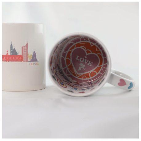 Souvenir Tasse aus Leipzig, weiß mit der Skyline von Leipzig (Uniriese, Völkerschlachtdenkmal) in Pastelfarbe