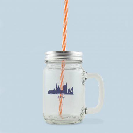 Henkelglas mit silbernem Deckel von Mason Jar Motiv: Leipzig Skyline in blau und Fassungsvermögen von 400 ml.
