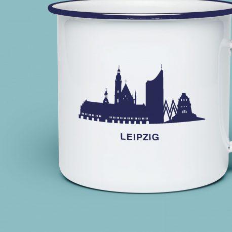 Weiße Emaillietasse mit der Leipziger Skyline in blau.