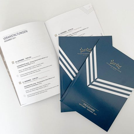 Blauer Titel und Innenseite Dezember des Programmheft des Thomanerchor Leipzig 2021 -2022.